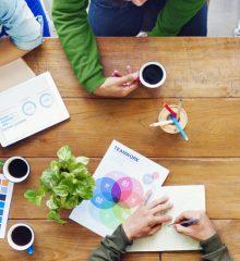 jovens empresarios conversam em uma mesa de reunião