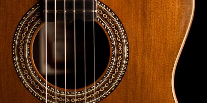 imagem de um violao na cor madeira acustico