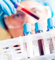 cientista analisa tubo de ensaio