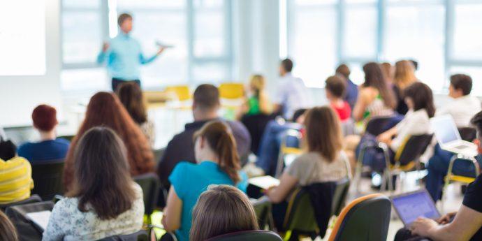 professor palestrando em sala de aula