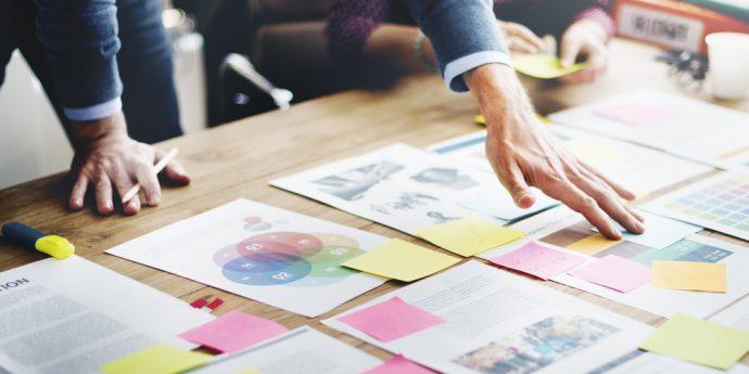 reuniao de projetos com graficos e postits